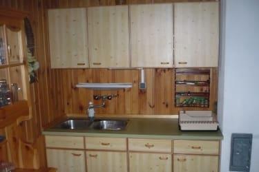 Waschbecken, Wandkästen mit Geschirr, Arbeitsfläche