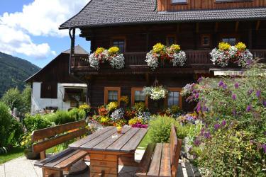 Hausansicht mit Garten