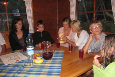 Gemütliches Zusammensitzen mit den Gastgebern