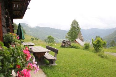 Platzerl zum verweilen mit Blick ins Tal und in die Berge im Frühling
