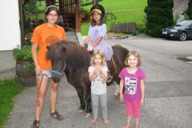 Alle Kinder haben Spaß beim Ausreiten  mit Emmi, unserem braven Pony