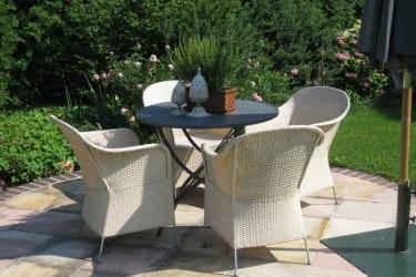 Weinpension Andrea - Sitzplatz mit Schirm mittig im Garten