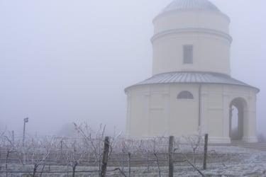 Wein & Urlaub Lobner - Rochuskapelle am Kellerberg im Winter