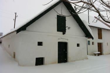 Unser Presshaus bedeckt mit Schnee