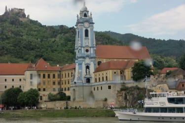 Stift Dürnstein mit Ruine im Hintergrund vom Schiff aufgenommen