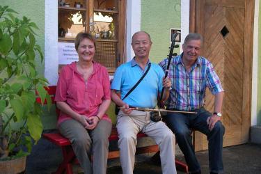Hermann und Elisabeth Gerstbauer mit einem Gast aus China
