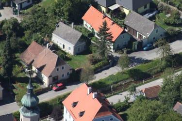 Unser Gästehaus m. Nebengebäuden, unserem Haus u. Kirche gegenüber