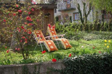 gemütlicher Sitzplatz im Garten
