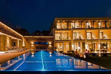 Hotel bei Nacht mit Pool
