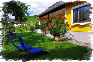 Genießen Sie, Sonne und Wein in unserem Garten.