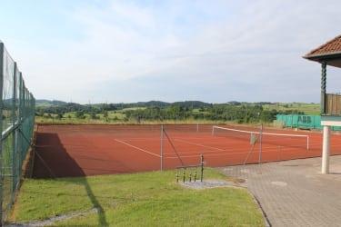 Tennisplatz im Ort