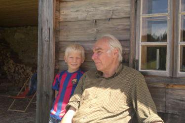 Lorenz macht mit seinem Opa einen Almausflug