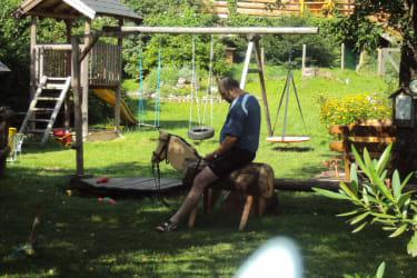 Gast auf Holzpferd