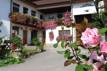 Der Blumentalhof ist von weiten durch die Balkonblumen sichtbar