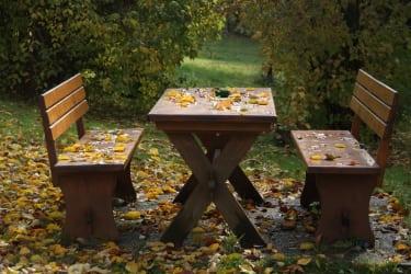 Gartengarnitur im Herbst