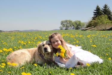 Unsere Holly genießt mit Isabell die Frühlingssonne