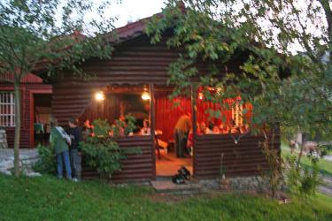 Forellenhof  Die Grillhütte, daneben die Spielhütte