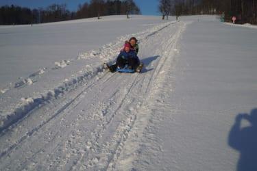 Bobfahren im Winter bei herrlichen Sonnenschein