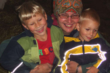 Bäuerin Heidi  mit Kindern im Stall