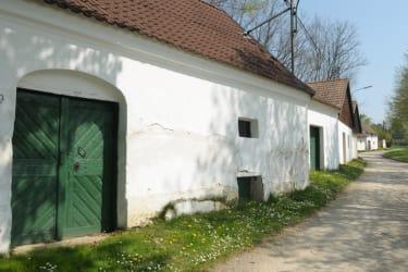 Kellergasse Zwentendorf im Sommer