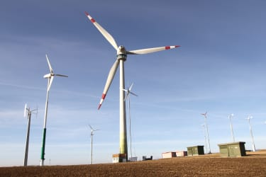 Windpark mit Windrad-Aussichtsplattform