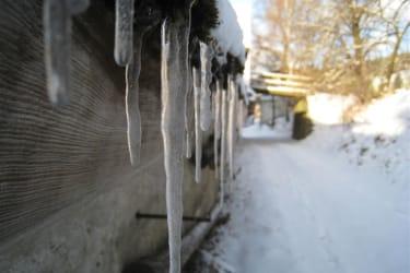Eiszapfen im Winter am Stadldach