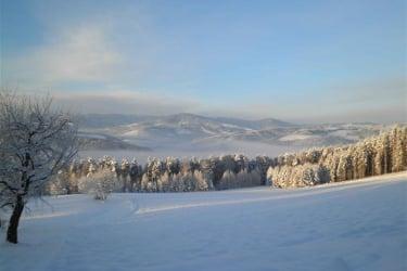 Landschafts-winter-foto mit dem Wechselland im Hintergrund