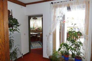 Blick ins Frühstückszimmer und Balkon