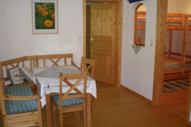 Wohn-Essküche von der Ferienwohnung Kräutergarten mit Blick in das Kinderzimmer mit wahlweise Stockbett oder einen zusätzlichen 3 Bett als Stockbett