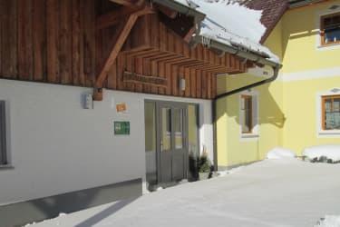 Ötscherblick Familie Winter - EingangimSchnee (© Winter Angelika)