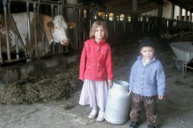 Mit der rießen Kanne bringen wir den Kälbern die Milch
