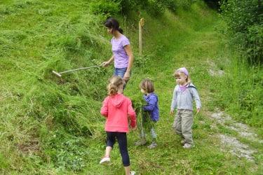 Zwergerlhof - Die Kinder helfen beim Futter zusammenrechen