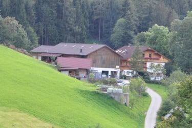 Das ist unser Hof vom Nachbarn aus fotografiert, umgeben von Wiesen und Wäldern