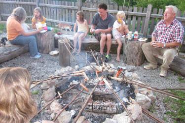 Zwergerlhof - Einmal in der Woche steht  das Lagerfeuer am Programm