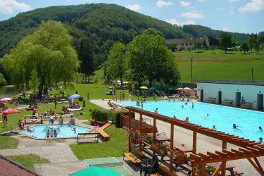 Das Freibad Rabenstein bietet sogar Möglichkeit zum Flussbaden - im Hintergrund sehen Sie den Karhof