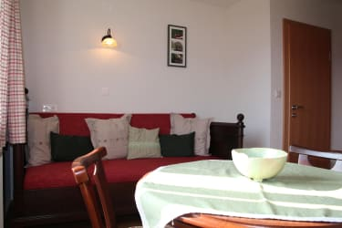 Karhof - Das Dirndlzimmer besteht aus einem Schlafzimmer und einem Wohnzimmer und lädt zum gemütlichen Urlauben ein