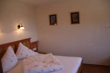 Karhof - Das Dirndlzimmer besteht aus einem Doppelzimmer und einem Wohnzimmer und lädt zum gemütlichen Verweilen ein
