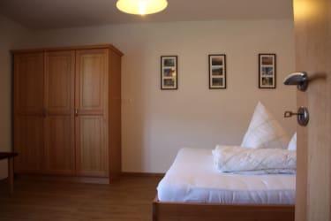 Karhof - Im Rabensteinzimmer - bestehend aus einem Doppelzimmer und einem Wohnzimmer - können Sie gemütliche Urlaubsstunden verbringenII