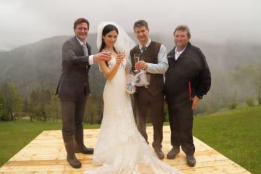Das sympathische Brautpaar Hennadii und Viktoriya mit den Hausherren, Sohn Thomas und Vater Hans Helmel