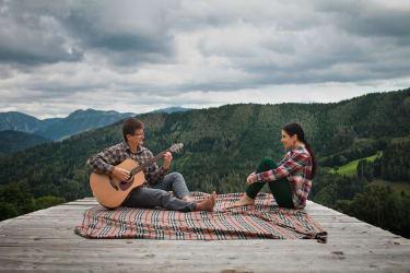 Gitarrensession auf der Naturholztribüne