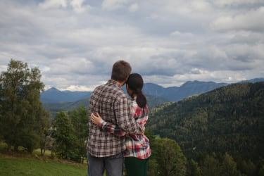 Gemeinsames Betrachten des Bergpanoramas