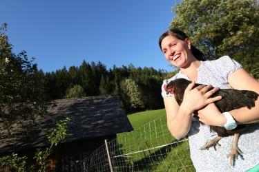 Andrea mit einer unserer Hennen_ Mostviertel Tourismus Schwarz-Koenig