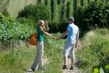Paar beim Wandern in den Weinbergen