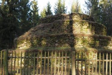 Die Steinpyramide ist ca. 3 km von dem Haus entfernt
