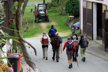 Biohof Besenbäck - Eine Wandergruppe verlässt den Bauernhof