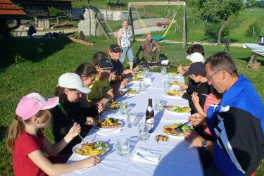 Jugendgruppen und Schulklassen lieben die Grillabende auf der Wiese