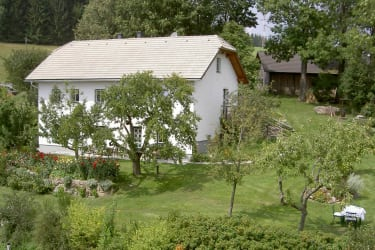Cosy living in a rustic, modern country house in the open stone style typical of the Mühlviertel region.