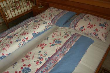 Schlafzimmer mit Gitterbett