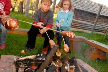 Würstel grillen am Lagerfeuer