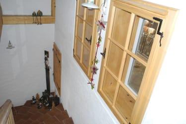 Stiegenaufgang mit Sichtfenster in den Kuhstall